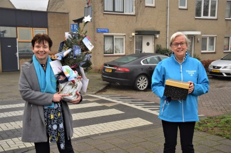 Erna Tolkamp en Roelie Bosch op weg naar Buitenhaege